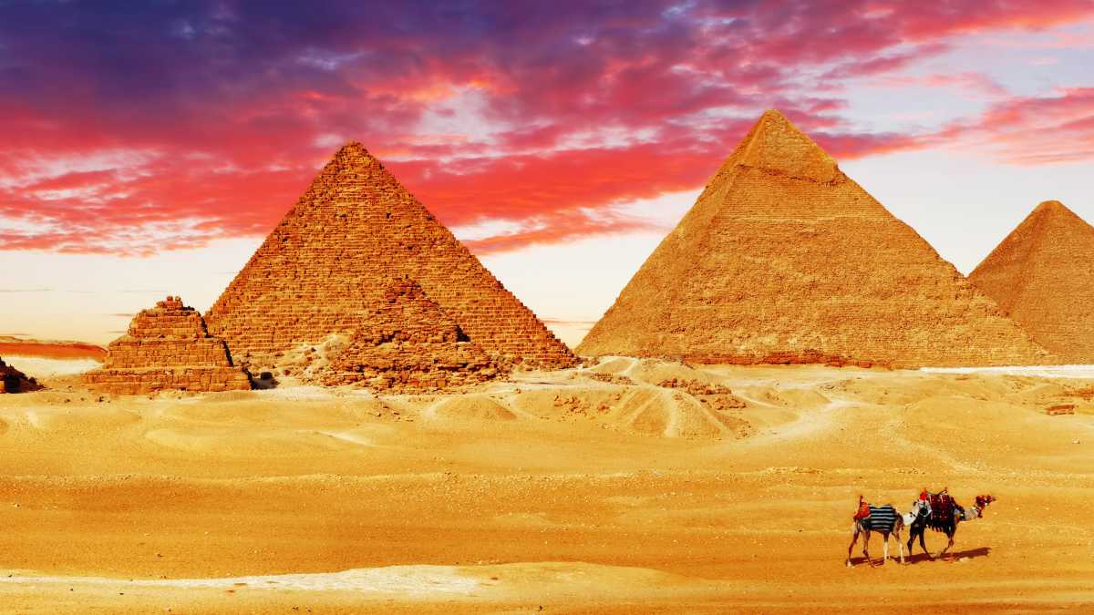 Great pyramid of giza wonder of the ancient world for Great pictures of the world
